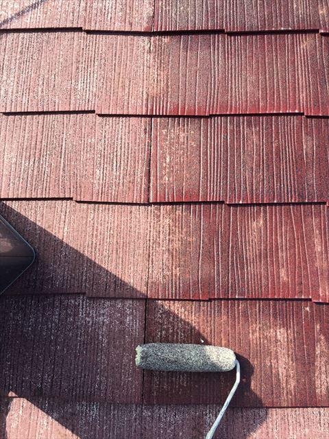 スレート屋根の下塗り塗装中