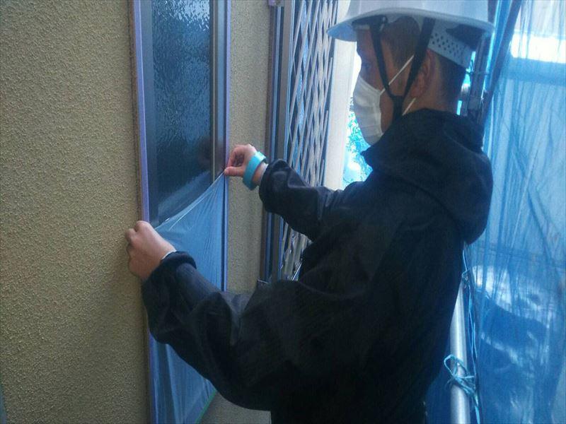 住宅窓の塗装工事の為の養生作業中