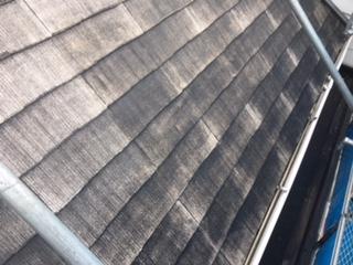 下塗り作業途中のカラーベスト屋根