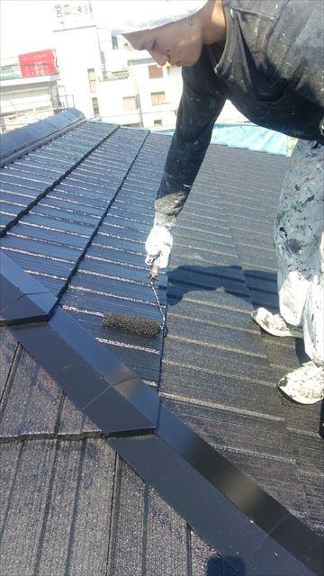 住宅瓦屋根の上塗り塗装中
