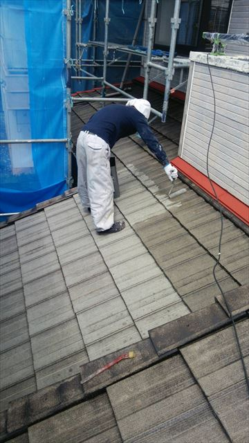 住宅瓦屋根の塗装作業中