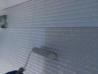 外壁に上塗り塗装中