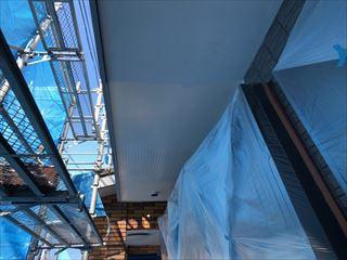 住宅外部軒天井の塗装工事中