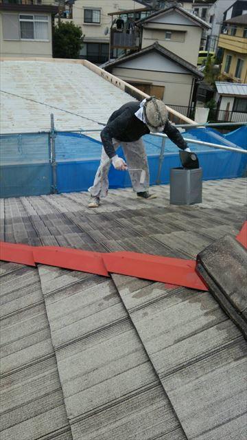 住宅瓦屋根の塗装工事中