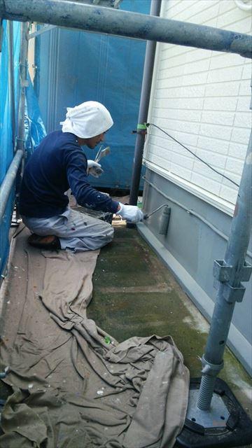住宅基礎の塗装工事中