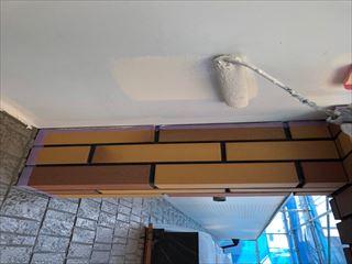 住宅玄関前の天井塗装中