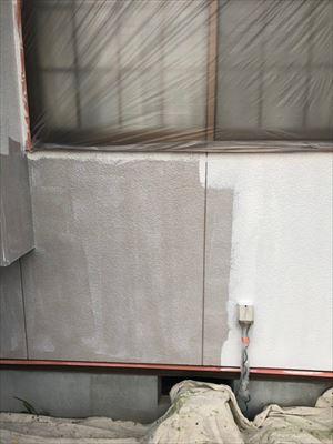 住宅外壁の上塗り1回目作業中