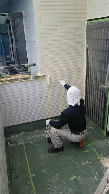 住宅外壁上塗り作業中