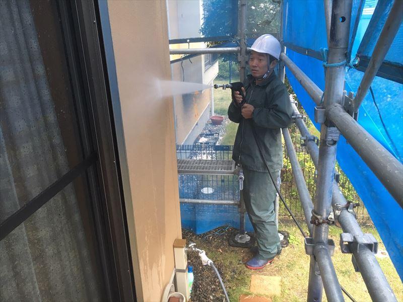 住宅外壁を高圧洗浄中