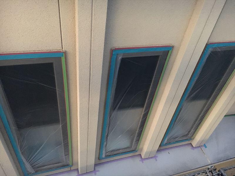 塗装工事の為に養生された窓