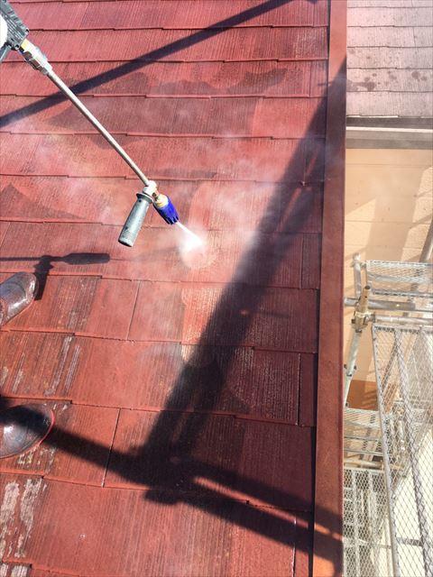 スレート屋根を高圧洗浄中