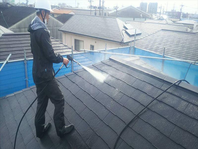 住宅屋根の高圧洗浄中