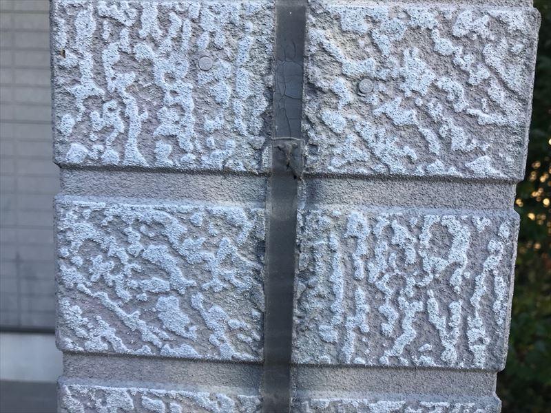 外壁シーリングから可塑剤が出ている様子