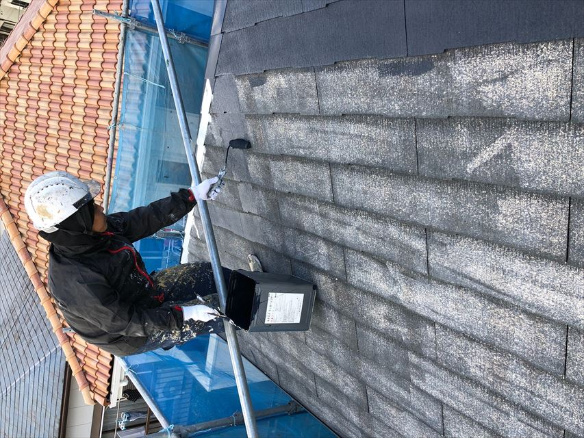 住宅屋根の下塗り塗装中