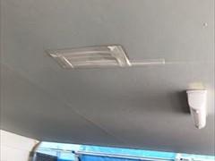 凹んでテープを貼られたボード天井