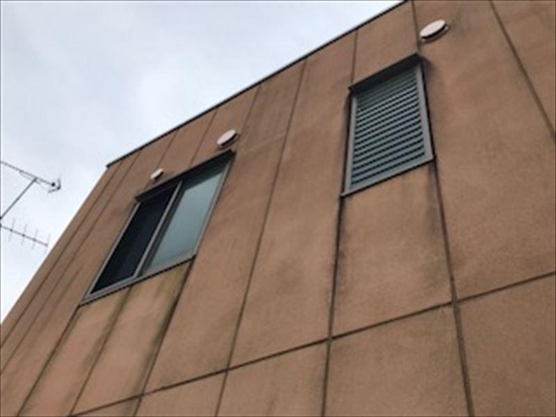 施設建物の汚れた外壁