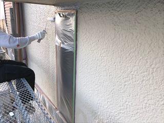 外壁に下塗りをしています