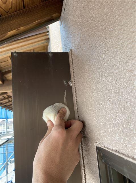 窓枠の汚れを取る作業