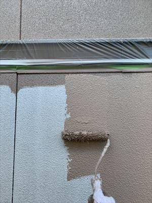 外壁に上塗り2回目塗装中