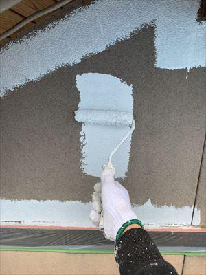 外壁に上塗り1回目塗装中