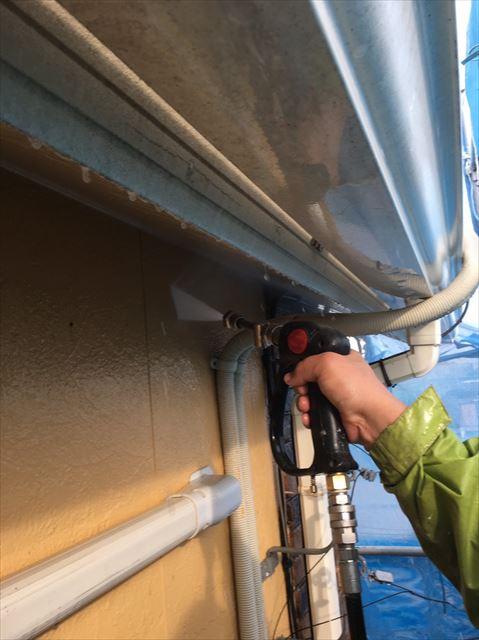 住宅の外壁を高圧洗浄中