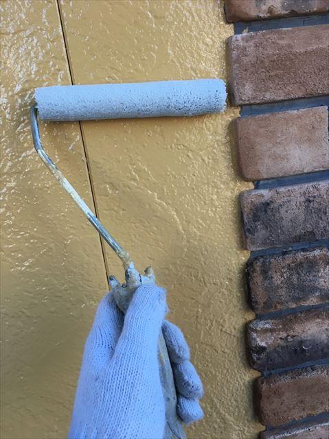 外壁にガラス塗料を塗装中