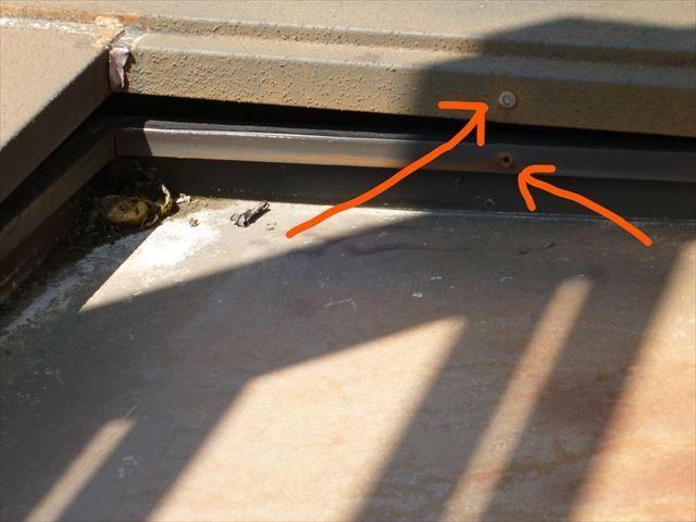 ピン留めが取れてずれ落ちた屋根板金