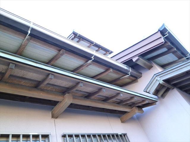 塗装前の住宅の軒天井