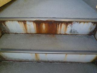 外階段の錆びた階段鉄部