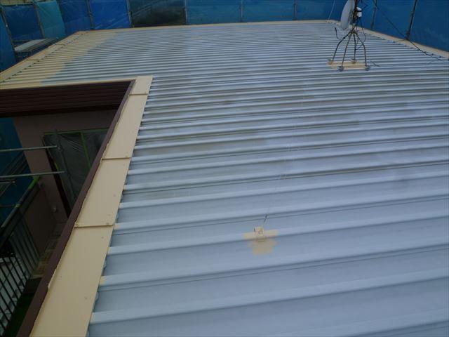 塗装中の住宅屋根