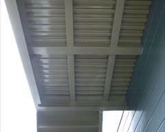 塗装後の階段裏の鉄部