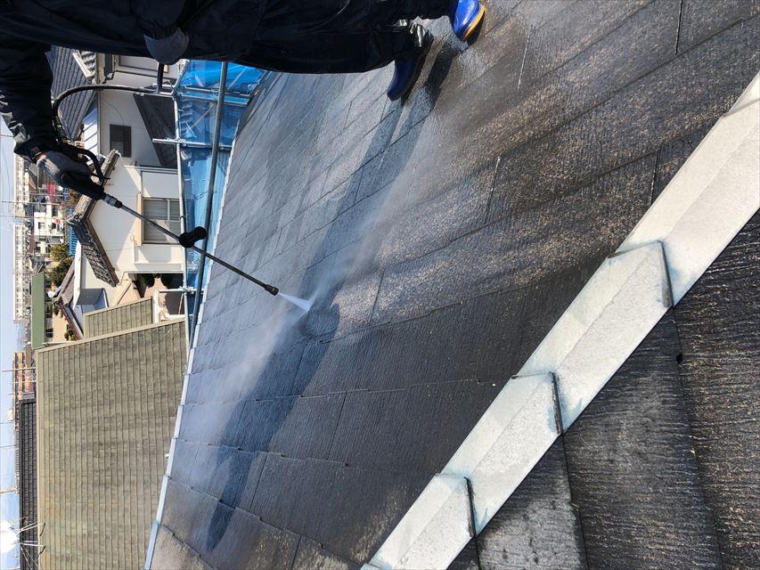 住宅のカラーベスト屋根を高圧洗浄中
