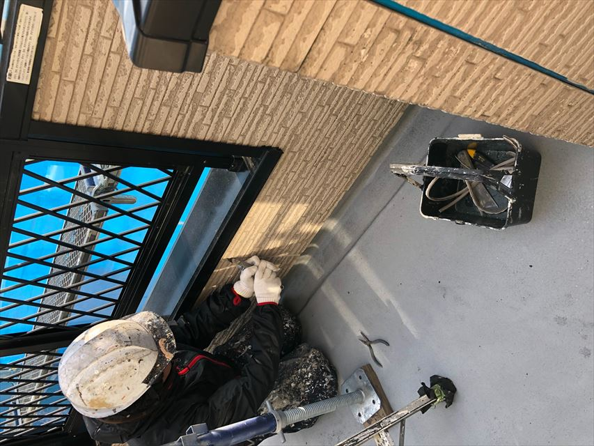 住宅外壁の古いシーリングの撤去作業