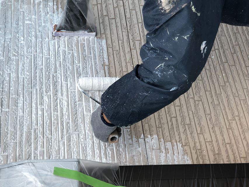 外壁の下塗り作業中