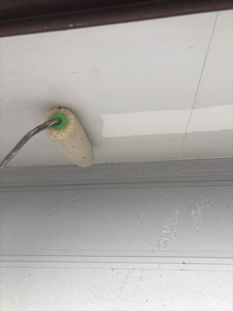 住宅軒天井を下塗り塗装中