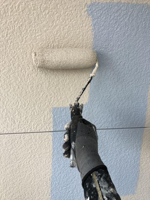 外壁上塗り作業中