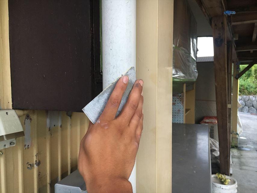 塗装前の鉄柱の下地処理