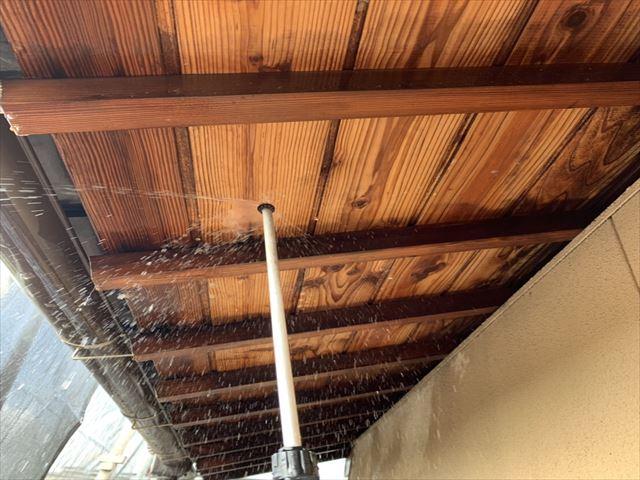 磐田市の外壁塗装で洗浄作業の中でも木の軒天井を慎重に進めました