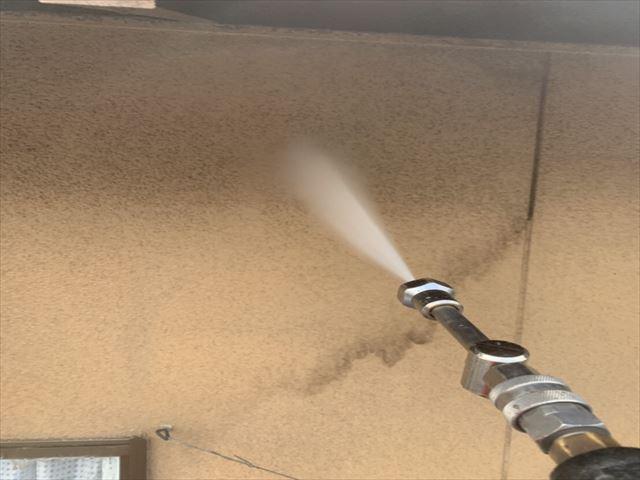 外壁の高圧洗浄作業中