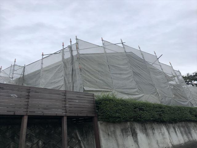 仮設足場が設置された住宅