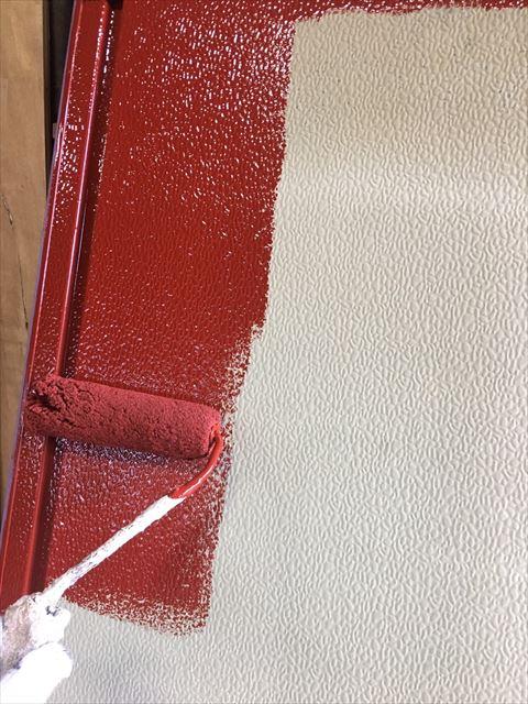住宅雨戸を下塗り作業中
