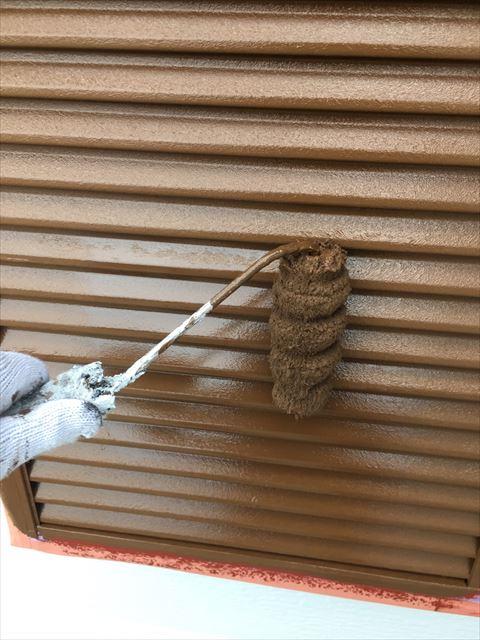 住宅の戸袋を塗装中