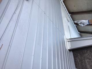 住宅外壁の中塗り塗装中
