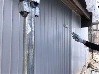 住宅外壁の上塗り仕上げ塗装中