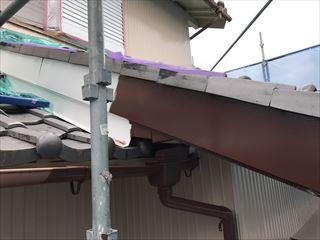 住宅の破風板仕上げ塗装中