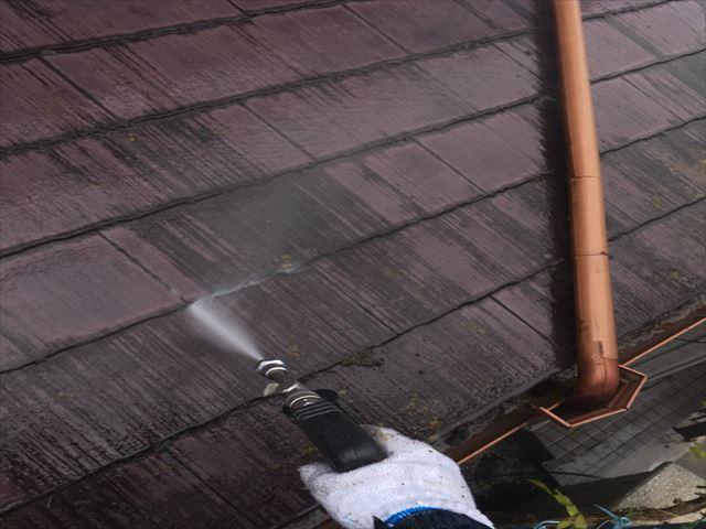 コロニアル(カラーベスト屋根)の高圧洗浄の施工中