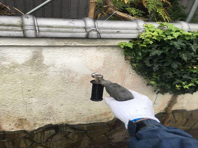 住宅の塀を高圧洗浄中