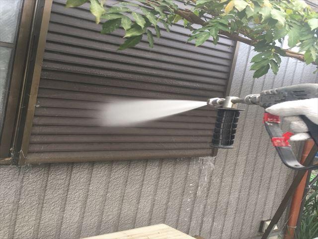 住宅の戸箱を高圧洗浄中