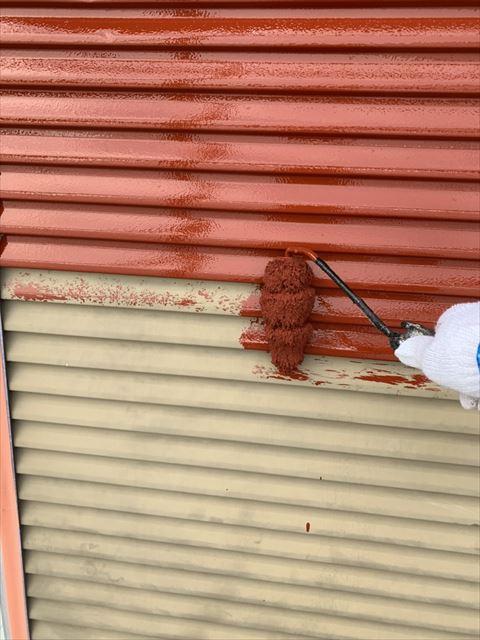 住宅の戸箱を下塗り作業中
