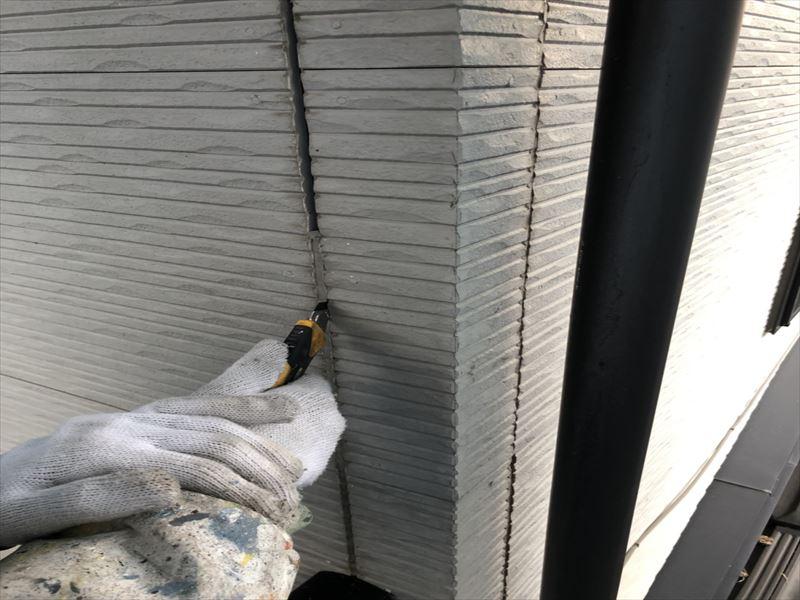 住宅外壁の旧シーリング撤去作業
